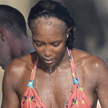 Папарацци в очередной раз сфотографировали Наоми Кэмпбелл со слетевшим париком